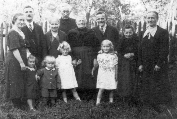Familie Viehmann mit Prediger Karl Trippler (im Hintergrund)